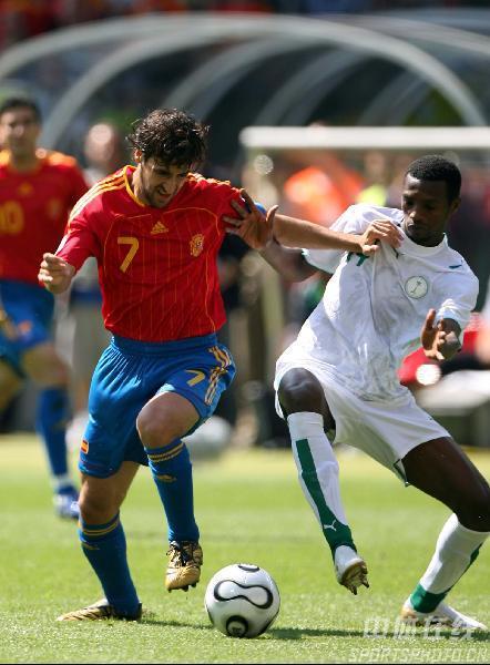 图文:西班牙1-0沙特 劳尔(左)与对手争抢