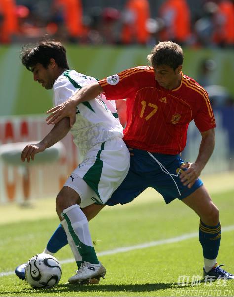 图文:西班牙1-0沙特 华金(右)与对手争抢