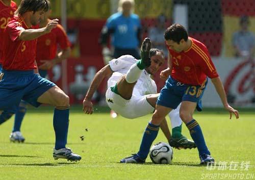 图文:西班牙1-0沙特 贾贝尔被对手放倒