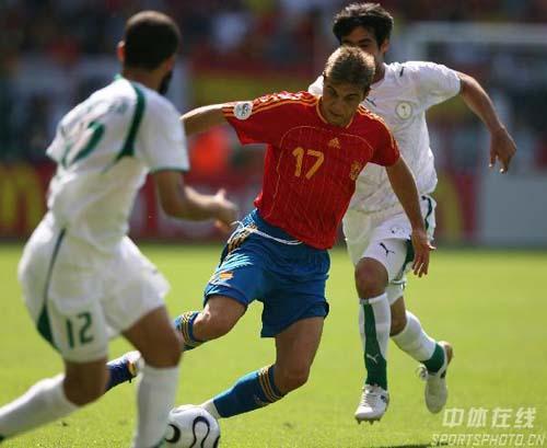 图文:西班牙1-0沙特 华金(中)带球突破