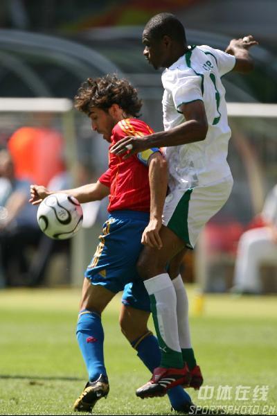 图文:西班牙1-0沙特 劳尔在拼抢中占优