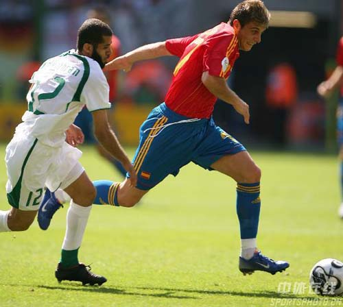 图文:西班牙1-0沙特 华金(右)带球突破