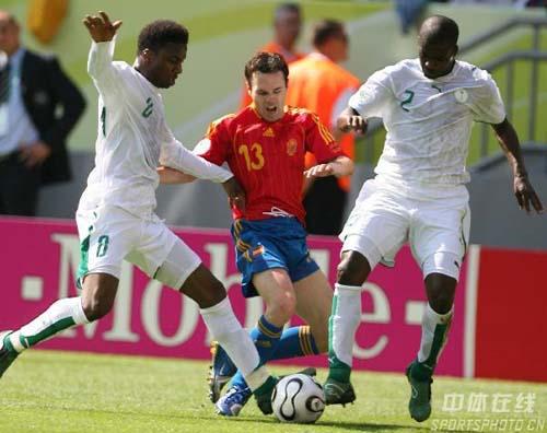 图文:西班牙1-0沙特 伊涅斯塔进攻遭对手阻截