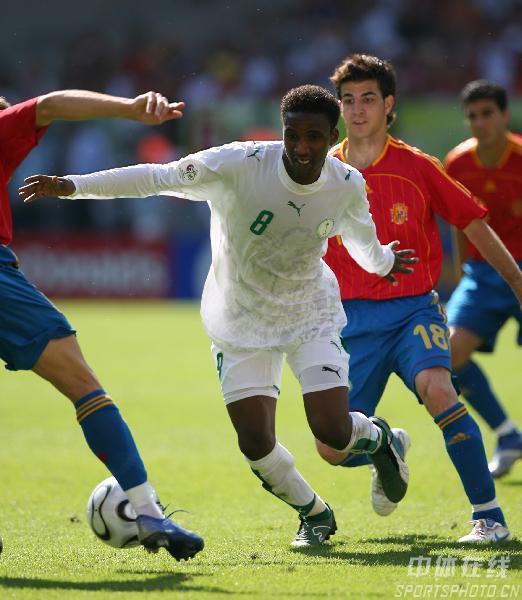 图文:西班牙1-0沙特 沙特队努尔强行突破