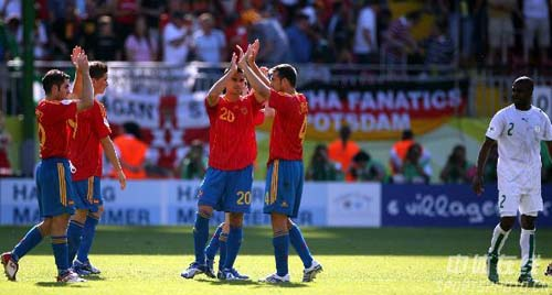 图文:西班牙1-0沙特 西班牙队队员庆祝胜利
