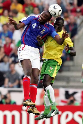 图文:法国VS多哥 维埃拉与多哥队员争抢头球