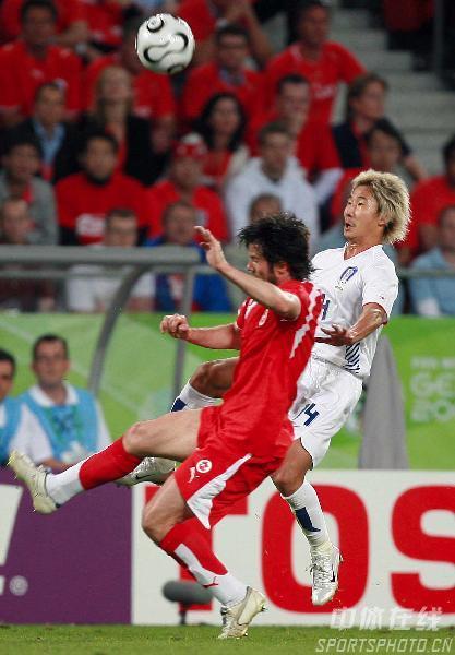 图文:瑞士2-0韩国 双方队员争顶头球