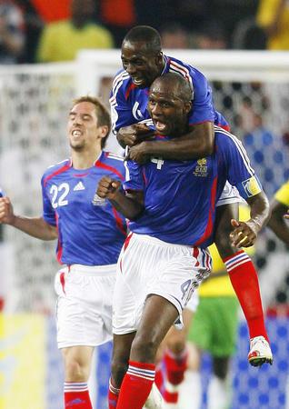 图文:法国2-0多哥 普拉蒂尼现场为国家队助威