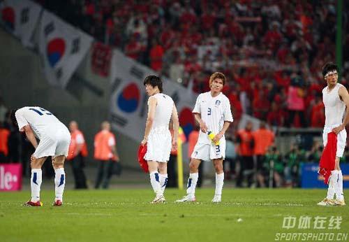 图文:瑞士2-0韩国 韩国遭淘汰队员很沮丧