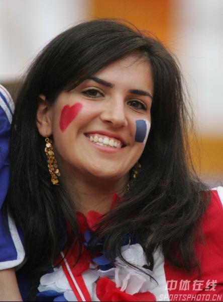 组图:多哥0-2法国 球迷火辣热吻庆祝球队晋级