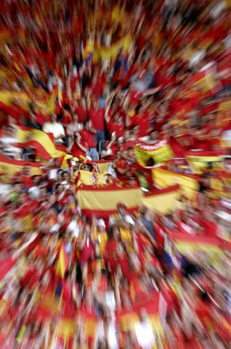 图文:西班牙1-0沙特 看台上占满西班牙国旗