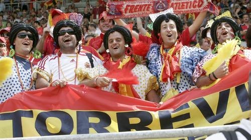 """图文:西班牙1-0沙特 球迷""""阿姨""""欢庆胜利"""