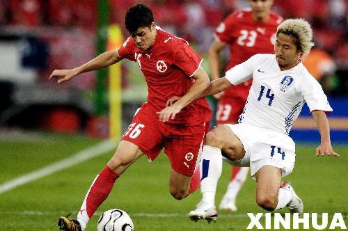 图文:瑞士2-0韩国 李天秀与巴内塔拼抢