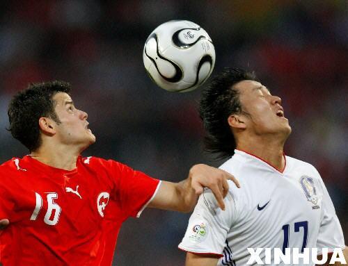 图文:瑞士2-0韩国 巴内塔争抢头球