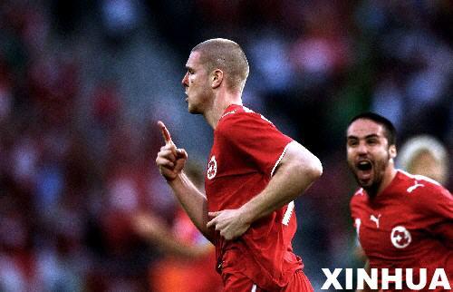 图文:瑞士2:0韩国 森德罗斯庆祝进球