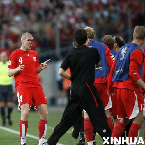 图文:瑞士2-0韩国 森德罗斯进球后摆POSE