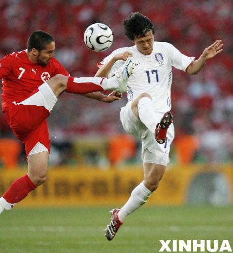 图文:瑞士2-0韩国 李浩与卡巴纳斯拼抢