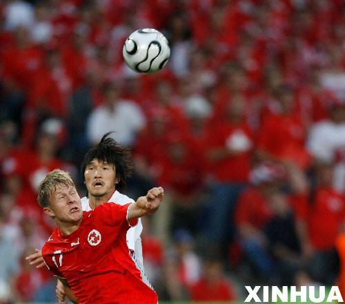 图文:瑞士2-0韩国 施皮歇尔与韩国队员争头球