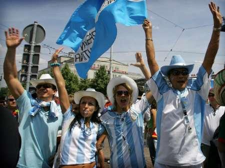 图文:阿根廷VS墨西哥 阿队球迷等待入场