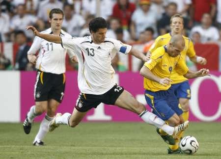 组图:德国VS瑞典 永贝里被巴拉克放倒