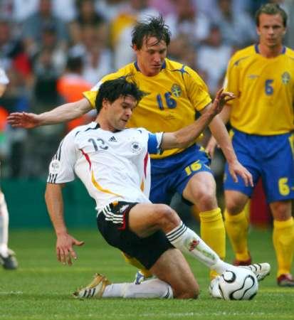 资料图片3:德国VS瑞典 巴拉克倒地断球