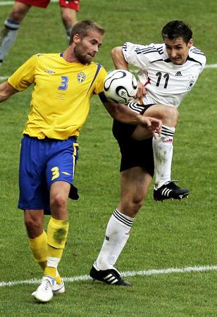 图文:德国2-0瑞典 克洛泽拼抢梅尔贝里