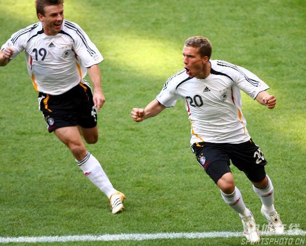 图文:德国2-0瑞典 波多尔斯基进球兴奋不已