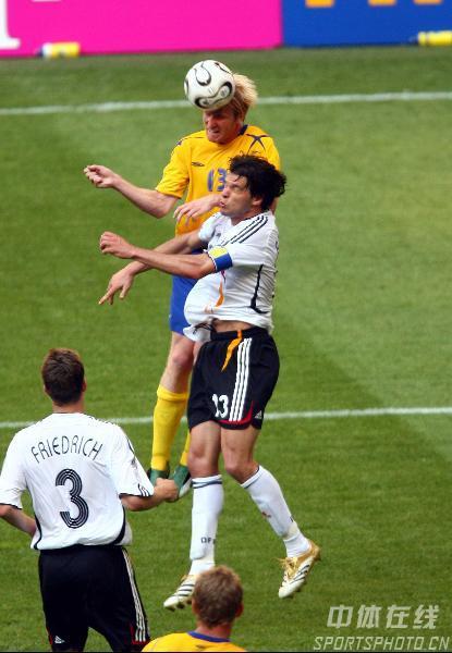 图文:德国2-0瑞典 巴拉克与对手汉森争顶