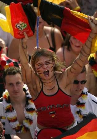 图文:德国2-0瑞典 德国女球迷疯狂呐喊