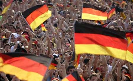 图文:德国2-0瑞典 看台上挥舞着德国国旗