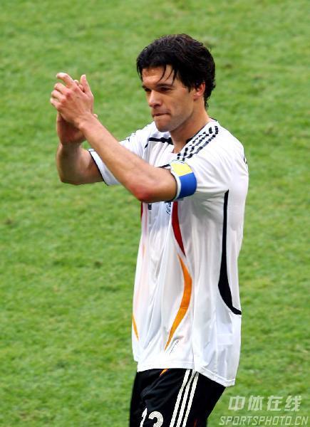 图文:德国2-0瑞典 赛后队长巴拉克答谢球迷