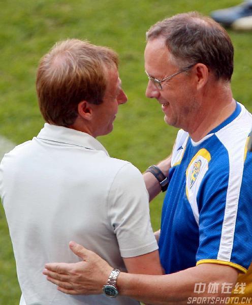 图文:德国2-0瑞典 克林斯曼向瑞典主帅握手