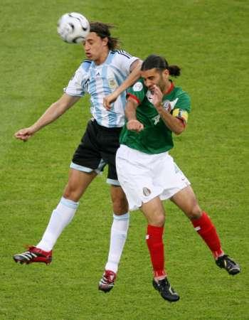组图:阿根廷VS墨西哥 克雷斯波争抢头球