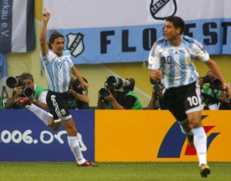 组图:阿根廷VS墨西哥 克雷斯波庆祝进球