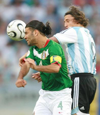 图文:阿根廷VS墨西哥 克雷斯波争顶马科斯