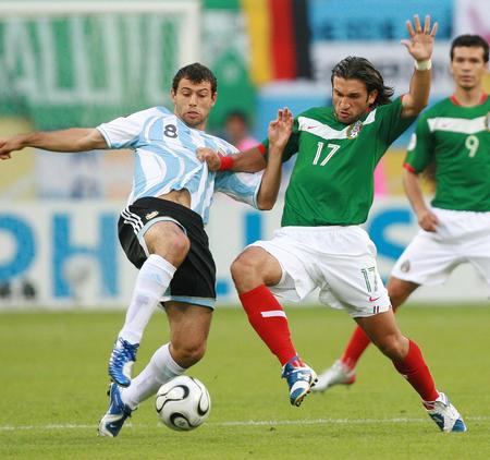 图文:阿根廷VS墨西哥 马斯切拉诺在拼抢