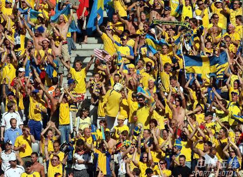 图文:德国2-0瑞典 现场强大的瑞典球迷助威团