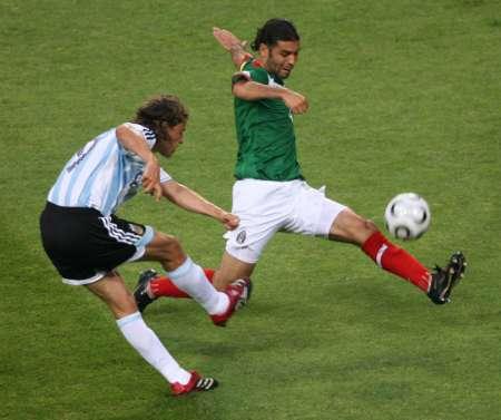 图文:阿根廷VS墨西哥 克雷斯波拔脚怒射