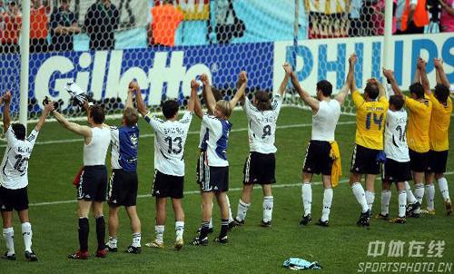 图文:德国2-0瑞典 德国队队员答谢球迷