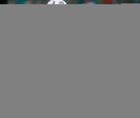 图文:阿根廷VS墨西哥 克雷斯波在拼抢