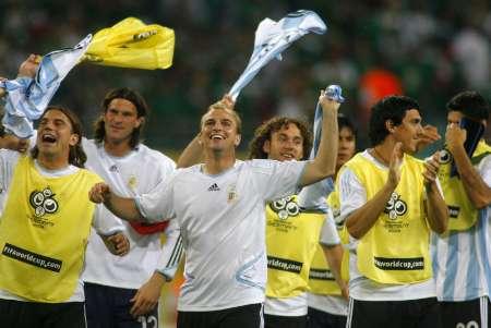 组图:阿根廷2-1墨西哥 队员庆祝胜利