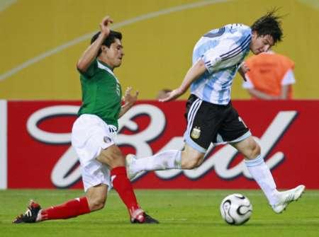 图文:阿根廷2-1墨西哥 梅西比赛中控球