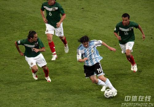 图文:阿根廷2-1墨西哥 阿根廷梅西遭遇