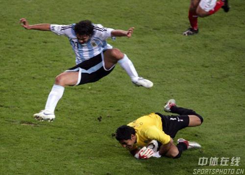 图文:阿根廷2-1墨西哥 阿根廷队门将门前救险
