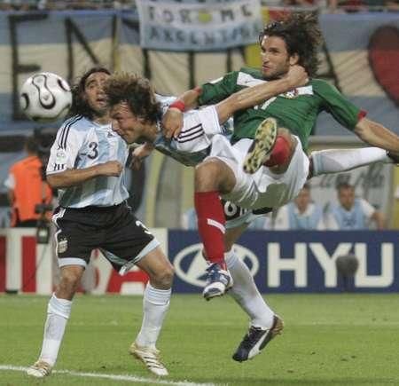 图文:阿根廷2-1墨西哥 勇敢的头球