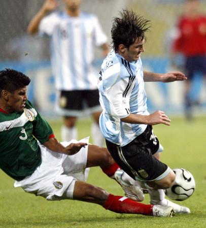 图文:阿根廷2-1墨西哥 梅西比赛中被绊倒