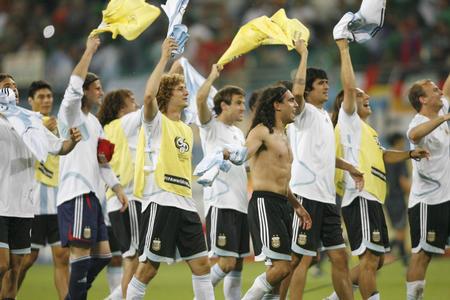图文:阿根廷2-1墨西哥 赛后向现场球迷致意