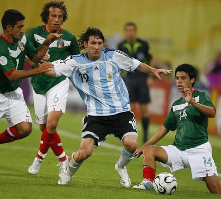 图文:阿根廷2-1墨西哥 梅西被三名球员包围