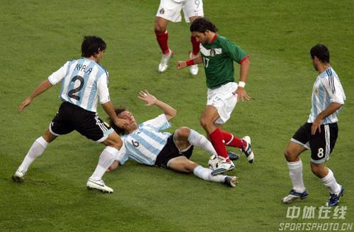 图文:阿根廷2-1墨西哥 海因策飞铲墨西哥队员