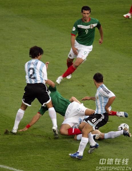 图文:阿根廷2-1墨西哥 双方队员场上人仰马翻